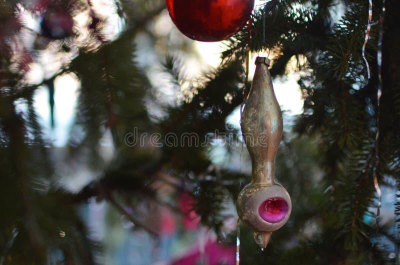 Uitstekend Kerstmisspeelgoed op een feestelijke boom stock foto