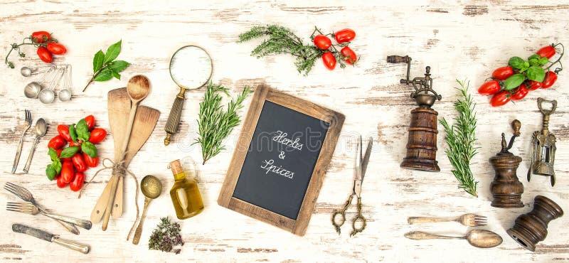 Uitstekend keukengerei met rode tomaten en kruiden royalty-vrije stock afbeeldingen