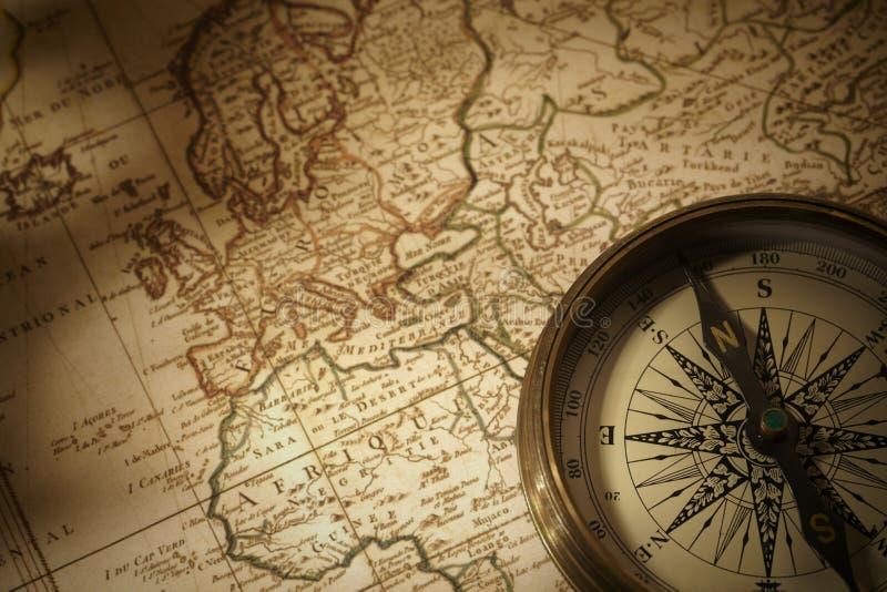 Uitstekend kompas op een kaart royalty-vrije stock afbeelding