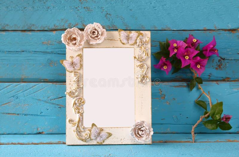 Uitstekend leeg kader naast mooie purpere mediterrane de zomerbloemen malplaatje, klaar om fotografie te zetten royalty-vrije stock foto