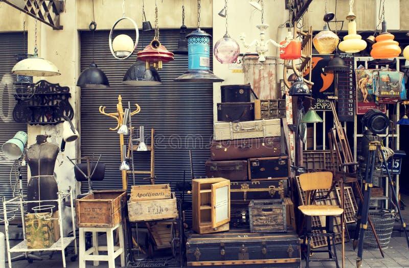 Uitstekend materiaal bij ingang aan winkel bij Jaffa-vlooienmarkt in Tel. aviv-Jaffa, Israël royalty-vrije stock foto