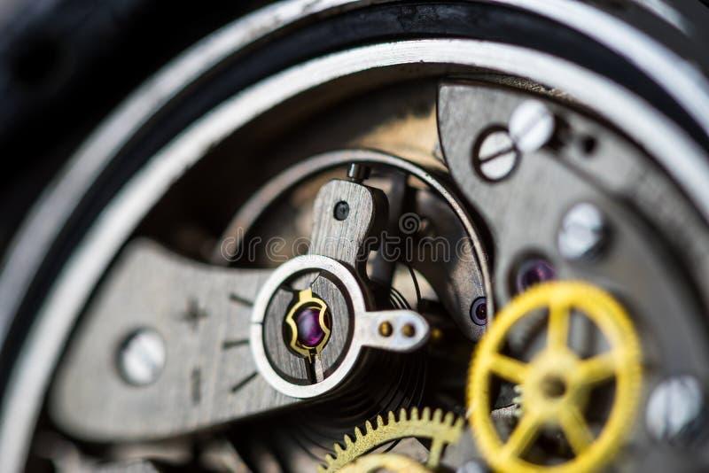 Uitstekend mechanisch horloge die close-up van robijnrood juweel tonen stock afbeelding