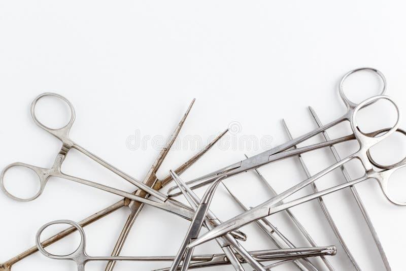 Uitstekend medisch instrumenten, scalpel, schaar, klemmen en pincet op wit geïsoleerde achtergrond stock foto's