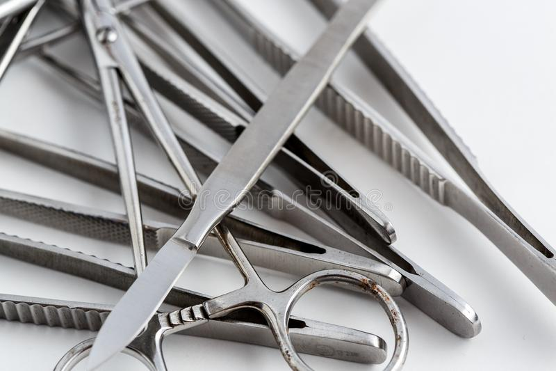 Uitstekend medisch instrumenten, scalpel, schaar, klemmen en pincet op wit geïsoleerde achtergrond royalty-vrije stock fotografie