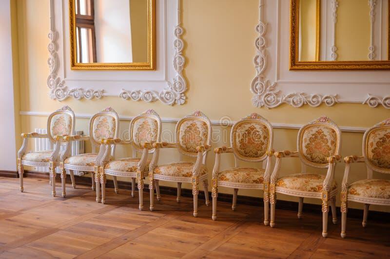Uitstekend meubilair met oude lijst, oud tijdenconcept stock foto