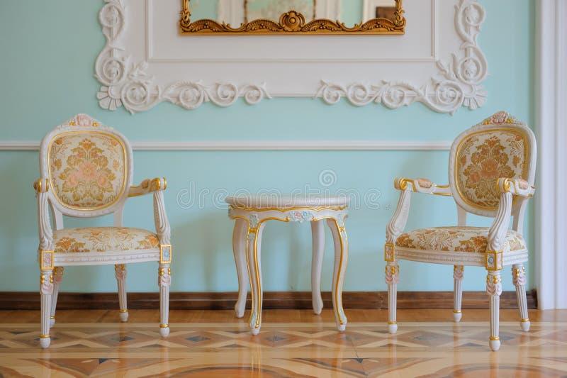 Uitstekend meubilair met oude lijst, oude tijden royalty-vrije stock afbeelding