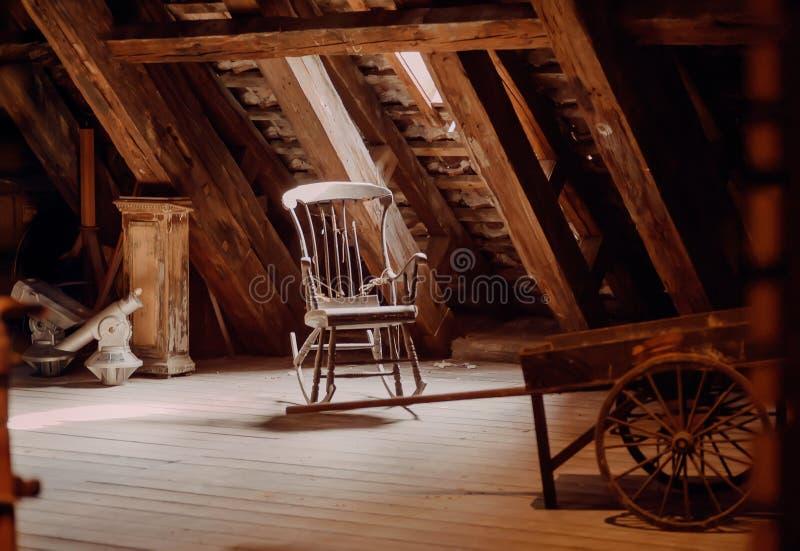 Uitstekend meubilair in verlaten huis Oude schommelstoel in rustieke uitstekende stijlzolder royalty-vrije stock afbeeldingen