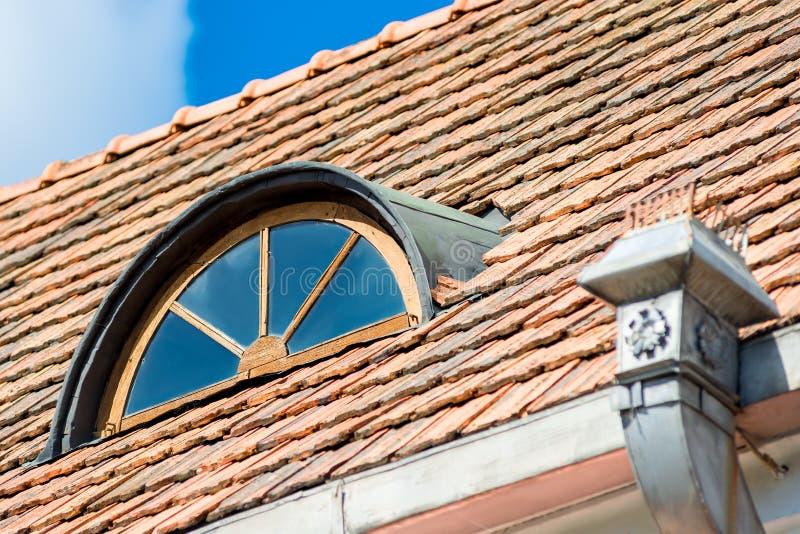 Uitstekend mooi venster in de zolder onder het dak stock afbeeldingen