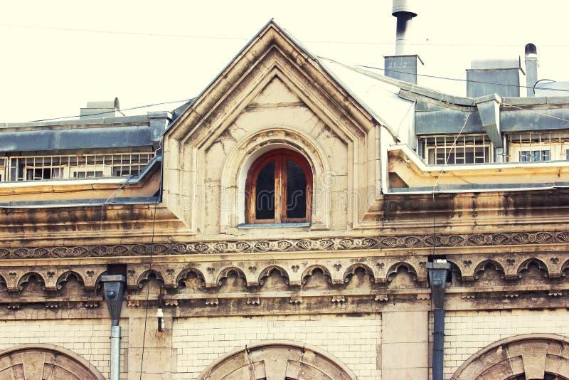 Uitstekend mooi venster in de zolder onder het dak van hous royalty-vrije stock afbeelding