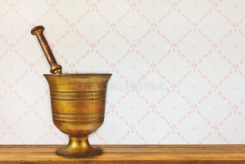 Uitstekend mortier op een oude houten lijst stock fotografie
