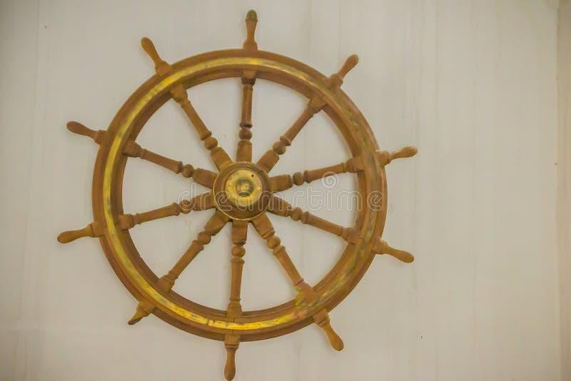 Uitstekend oud houten schipstuurwiel in openbare zeemuseu stock afbeelding