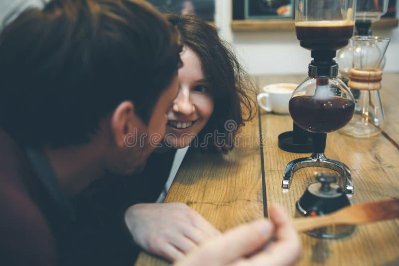 Uitstekend Paar De Winkel van de koffie royalty-vrije stock afbeelding