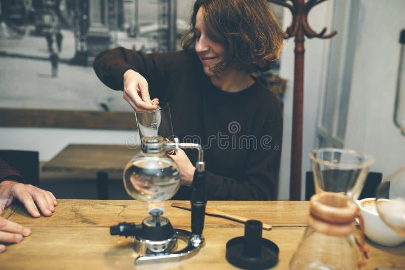 Uitstekend Paar De Winkel van de koffie royalty-vrije stock afbeeldingen