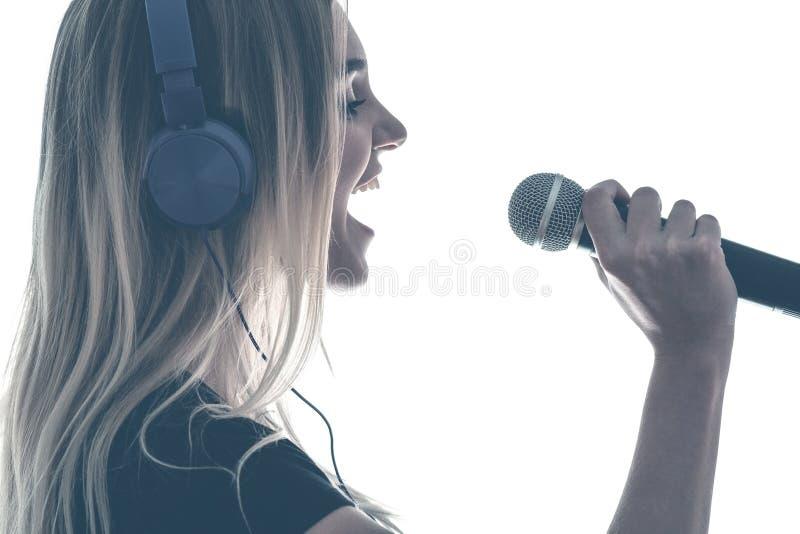 Uitstekend portret van een jonge vrouw die emotioneel haar favoriet lied zingen royalty-vrije stock fotografie
