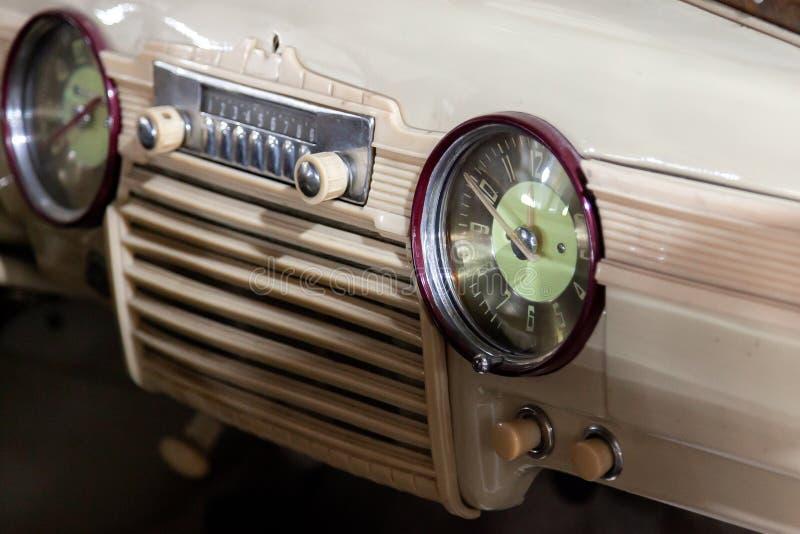 Uitstekend retro autodashboard met analoge klok en audio radiosysteem met knopen, met de hand gemaakt met hout en chroom voor stock fotografie