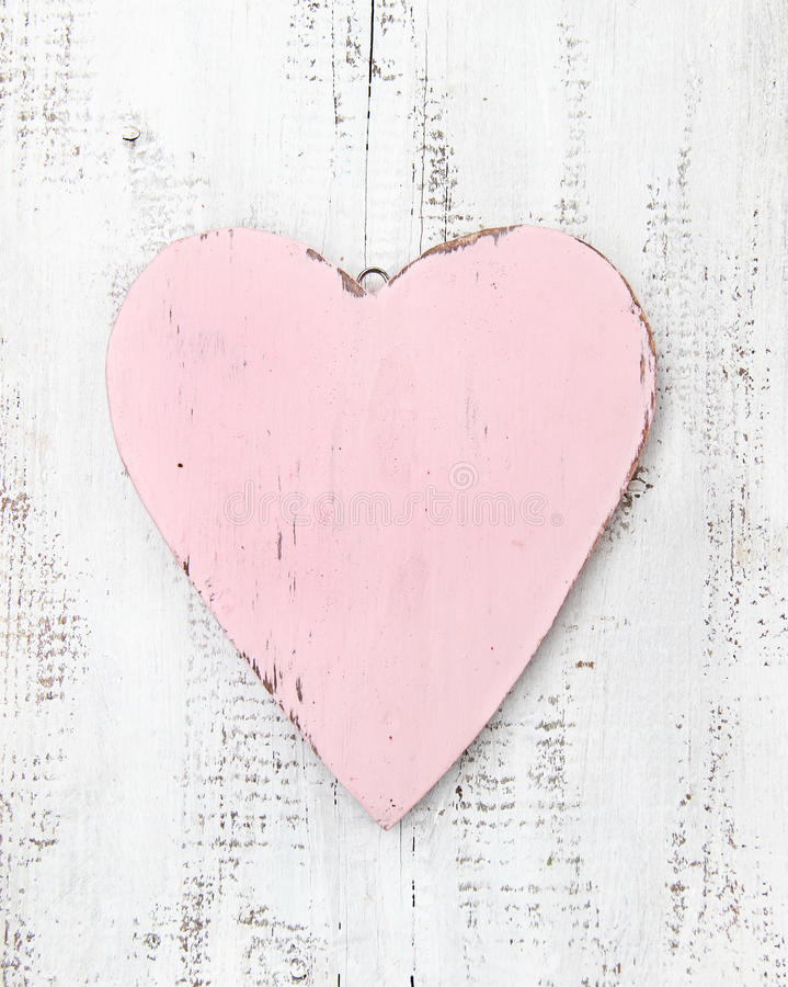 Uitstekend roze hart op een houten achtergrond royalty-vrije stock foto
