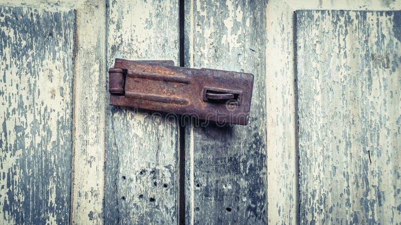 Uitstekend rustiek oud slot op geschilderde deur stock foto