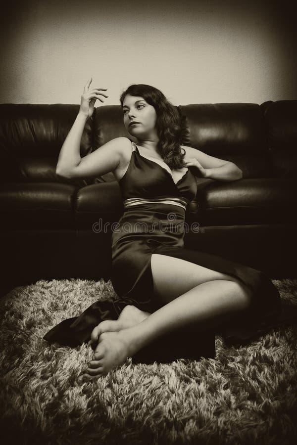 Uitstekend sepia portret van een mooie vrouw binnen stock foto
