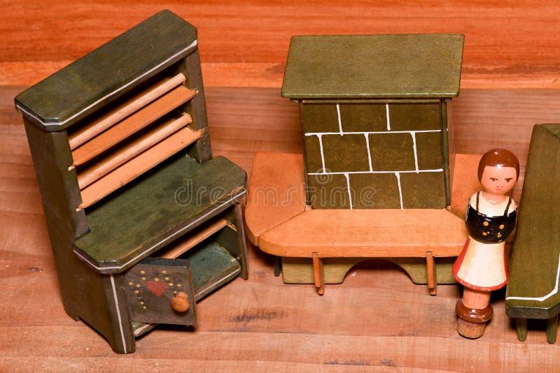 Uitstekend speelgoed voor meisjes Houten retro speelgoed Stuk speelgoed kast en stuk speelgoed open haard Houten modellen van men stock foto's