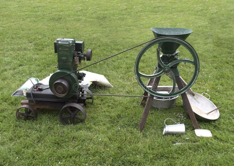Uitstekend stationaire motor malend graan op gras royalty-vrije stock afbeelding