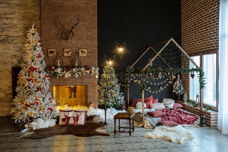 Uitstekend stijlbinnenland van open haard met Kerstmisboom royalty-vrije stock foto