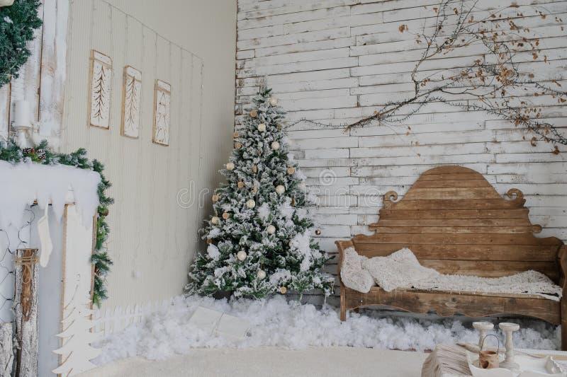 Uitstekend stijlbinnenland van open haard met Kerstmisboom stock afbeeldingen
