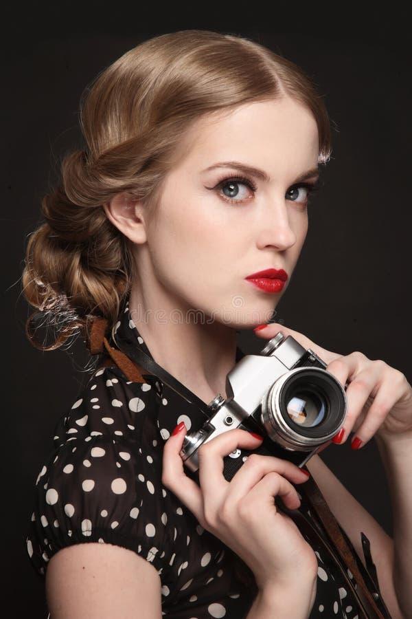 Uitstekend stijlportret van mooi meisje met fotocamera stock foto's