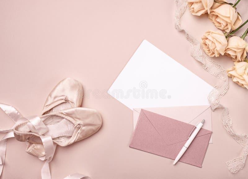 Uitstekend stilleven met rozen en Balletschoenen stock foto's