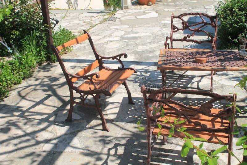 Uitstekend terrasmeubilair dat in zonlicht wordt geplaatst stock fotografie