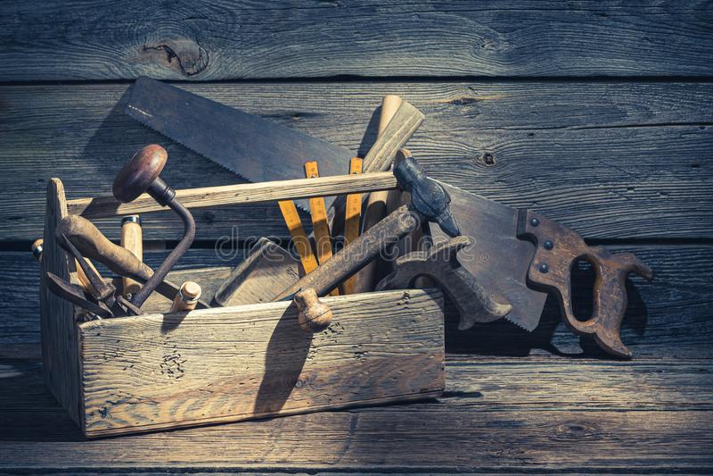 Uitstekend timmerliedenvakje met hulpmiddelen op rustieke houten lijst royalty-vrije stock foto