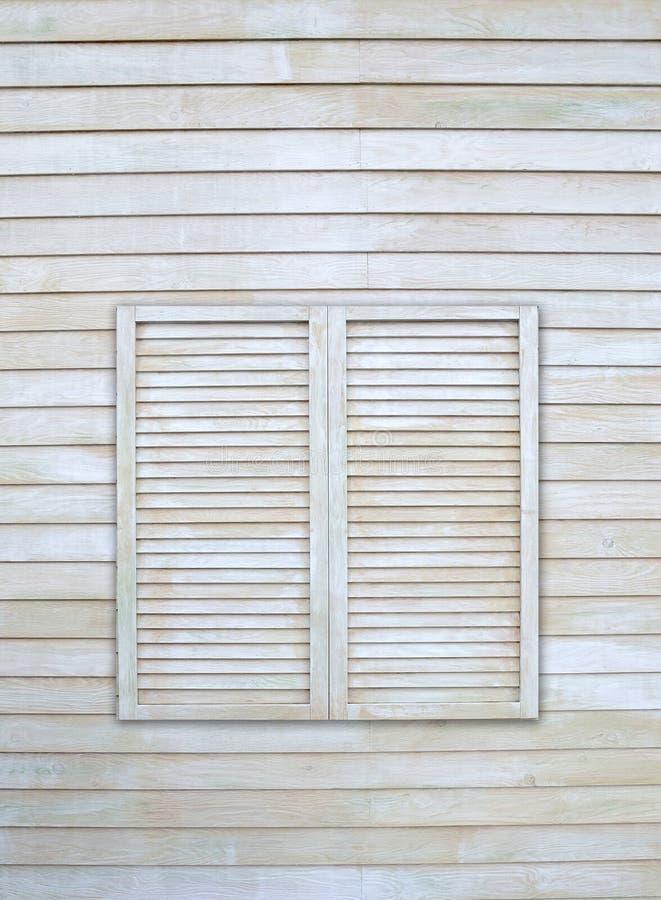 Uitstekend venster op houten muur royalty-vrije stock afbeeldingen