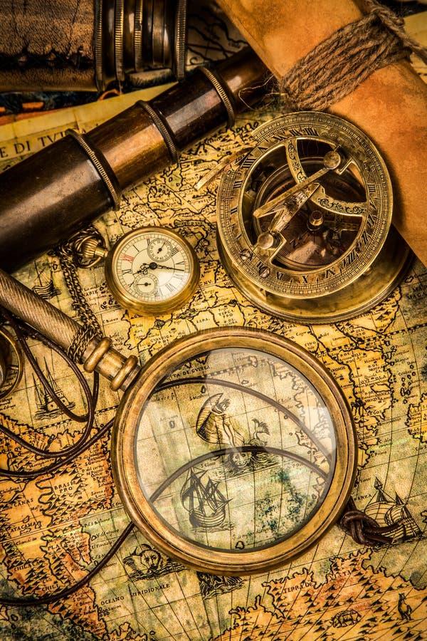 Het uitstekende vergrootglas ligt op een oude wereldkaart royalty-vrije stock fotografie