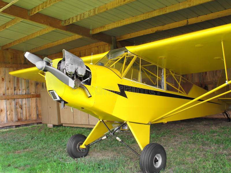 Uitstekend vliegtuig in hanger. stock fotografie