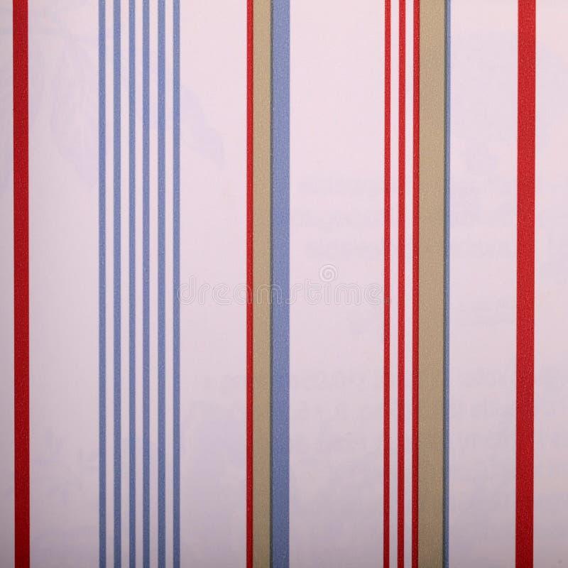 Uitstekend wit gestreept behang met rode en blauwe stroken royalty-vrije stock fotografie