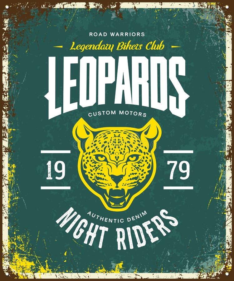 Uitstekend woedend van de de motorenclub van de luipaarddouane de t-shirt vectorembleem op groene achtergrond stock illustratie