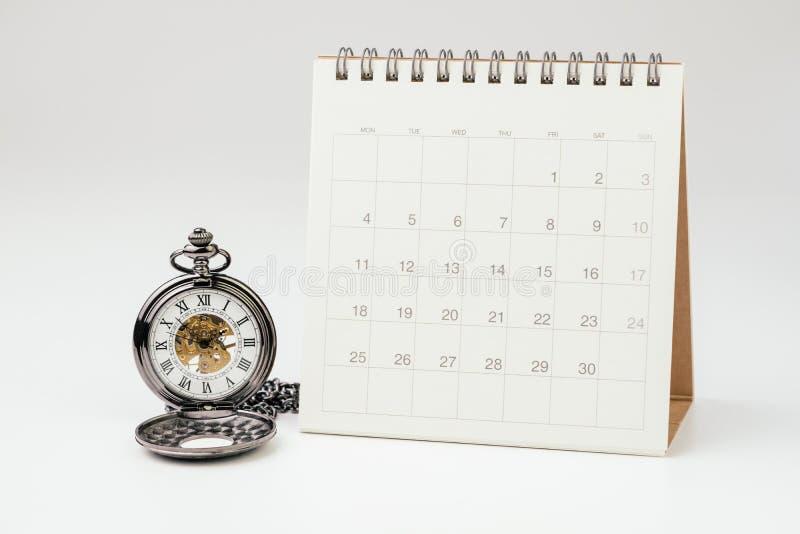 Uitstekend zakhorloge met witte schone Desktopkalender op witte achtergrond die als tijd het overgaan, tijdbeheer gebruiken, jaar royalty-vrije stock foto