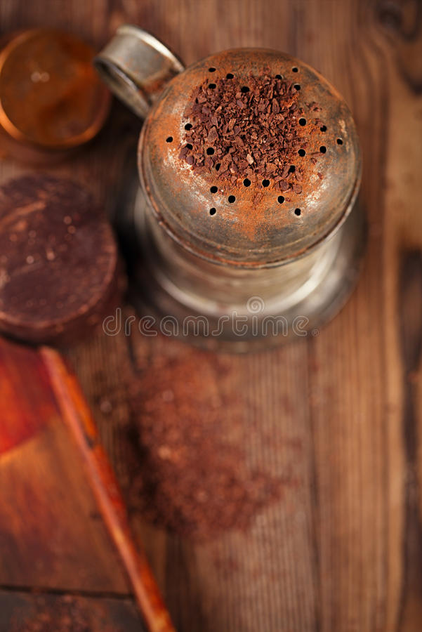 Uitstekend zeefje met geraspte chocolade stock afbeelding