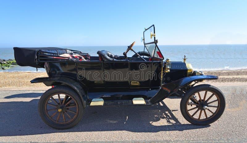 Uitstekend Zwart Modelt Ford Motor Car Parked op Strandboulevardpromenade royalty-vrije stock foto's