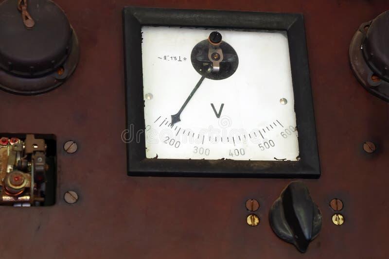 Uitstekende AC voltmeter op een paneel stock foto