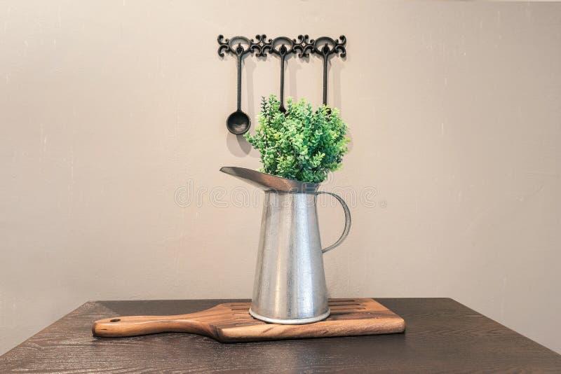 Uitstekende achtergrond, aluminiumvaas met plastic bloem royalty-vrije stock foto's