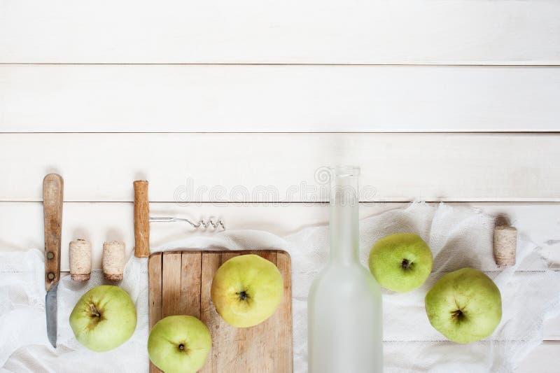 Uitstekende achtergrond met lege glasflessen en appelen royalty-vrije stock foto