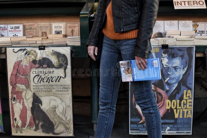 Uitstekende affiches op een boektribune stock afbeelding