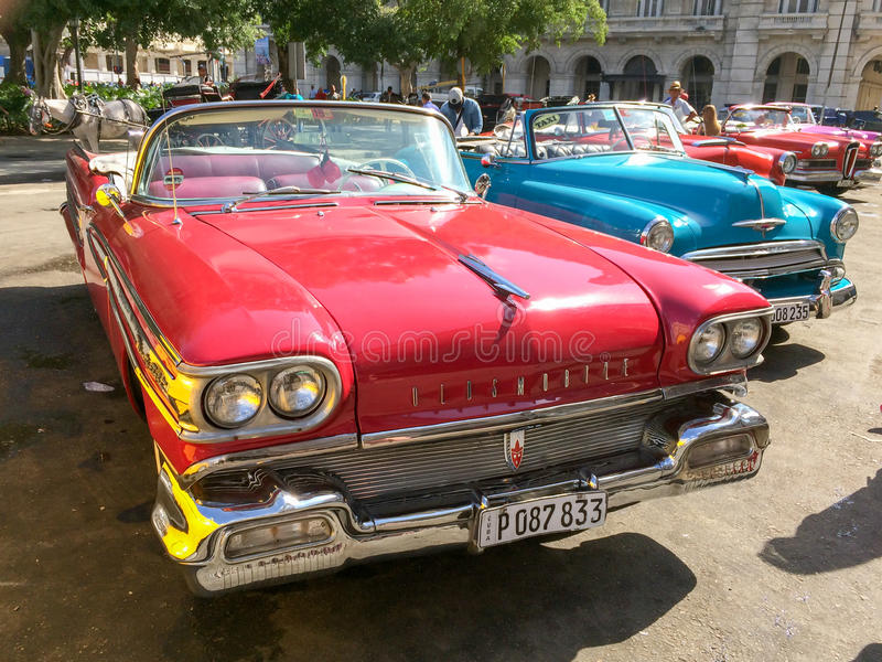 Uitstekende Amerikaanse klassieke die auto's in de hoofdstraat van Oud Havana, Cuba worden geparkeerd stock afbeelding