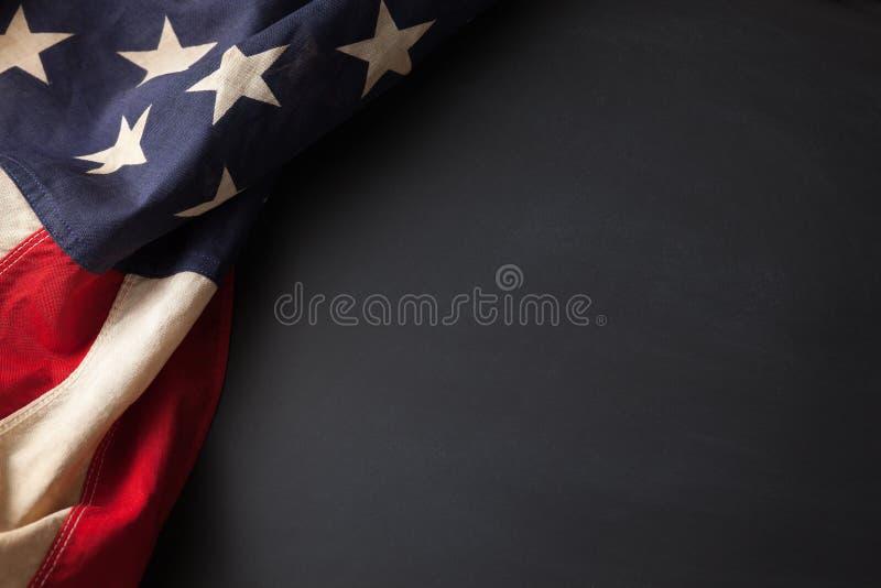 Uitstekende Amerikaanse vlag op een bord stock afbeeldingen