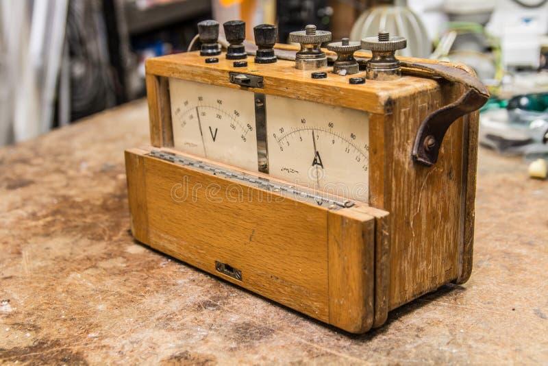 Uitstekende analoge elektrische meter stock fotografie