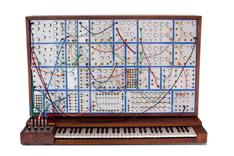 Uitstekende analoge modulaire synthesizer met patchcords stock fotografie