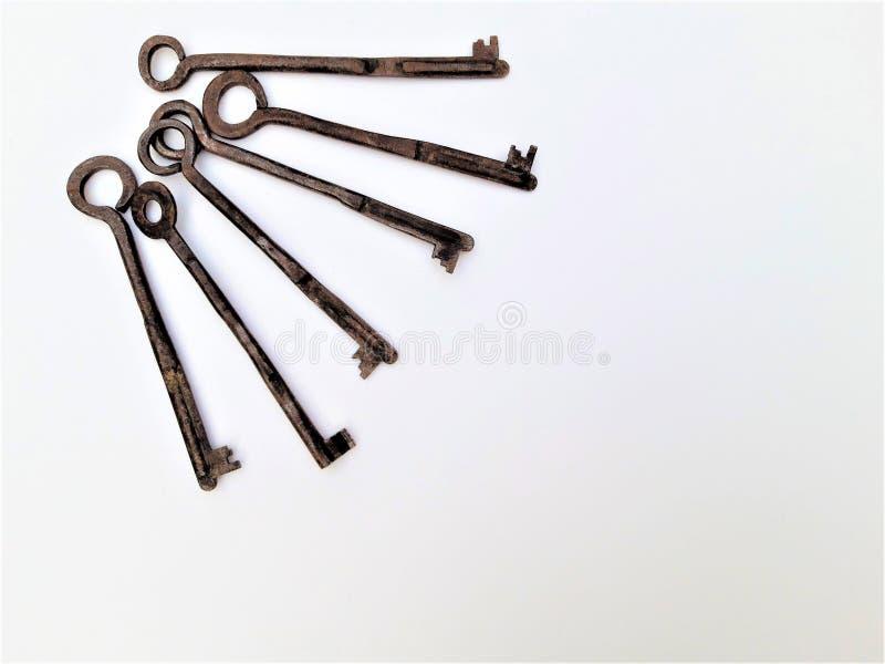 Uitstekende Antieke Oude Sleutels op een Witte Achtergrond stock fotografie