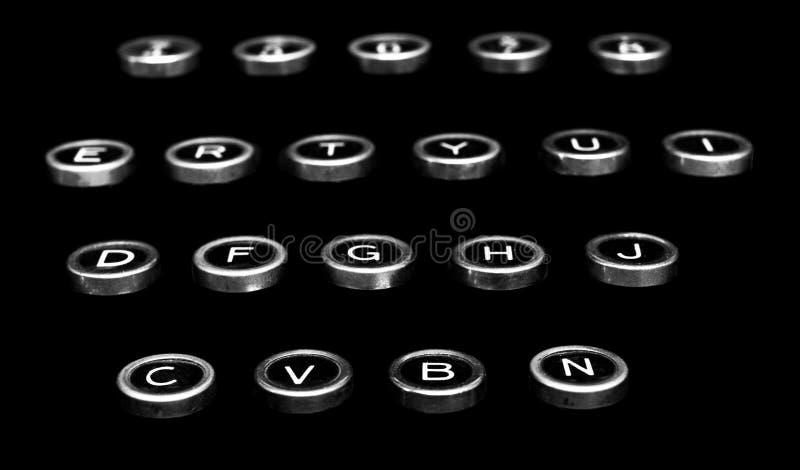 Uitstekende antieke schrijfmachinesleutels op een zwarte achtergrond stock afbeeldingen