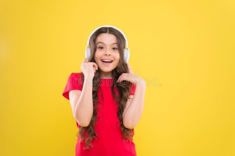 Uitstekende audio correcte kwaliteit De kindtiener geniet muziek van het spelen in oortelefoons Meisje die van favoriete muziek g royalty-vrije stock fotografie