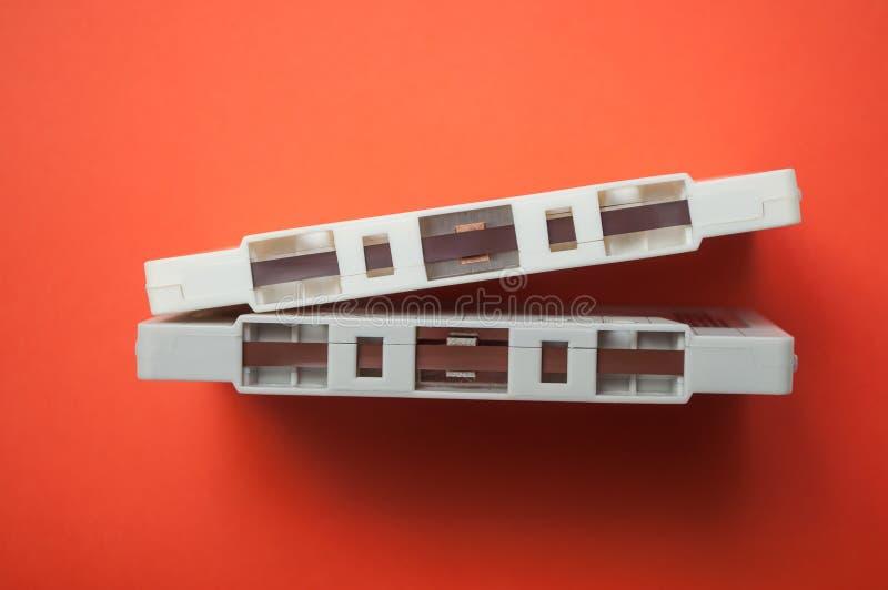 uitstekende audiocassettes op oranje achtergrond stock afbeeldingen